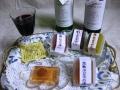 大阪産ブドウが原料のワイン・赤白(各720ml)と、優秀和菓子職人がつくる「夏の創作水菓子」