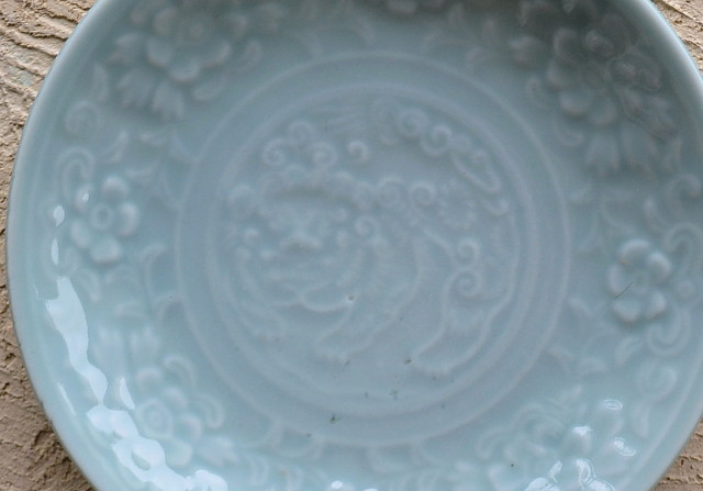 青磁牡丹獅子紋陽刻皿14.4cm