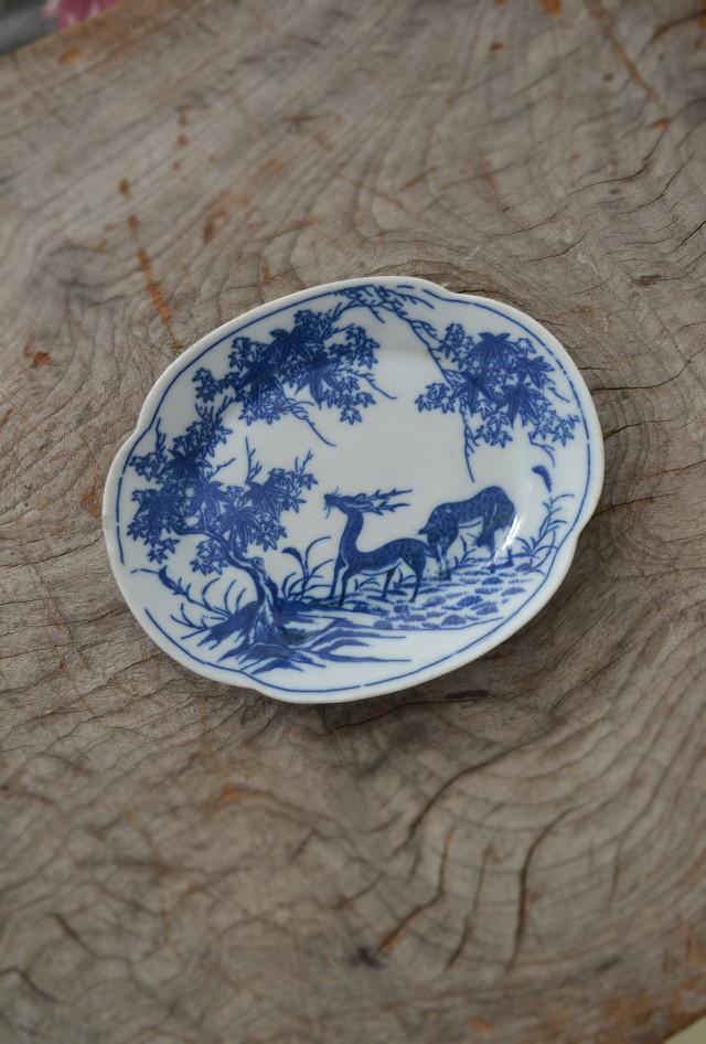 染付印判鹿紅葉紋変型皿 動物文様皿