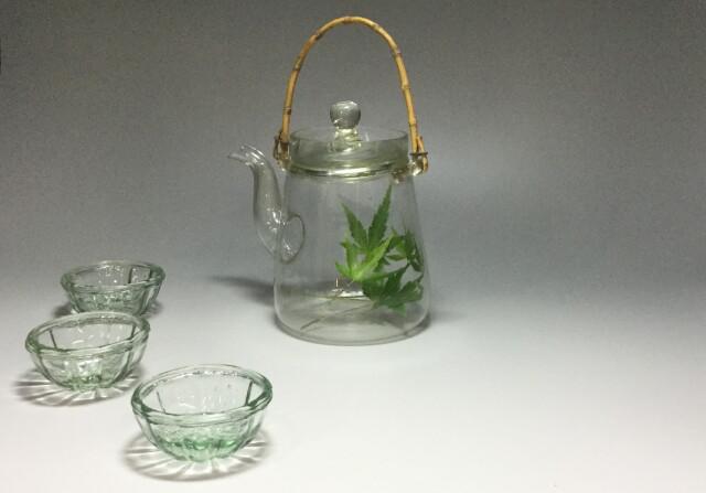 上品な細い竹の取手付ガラス水注