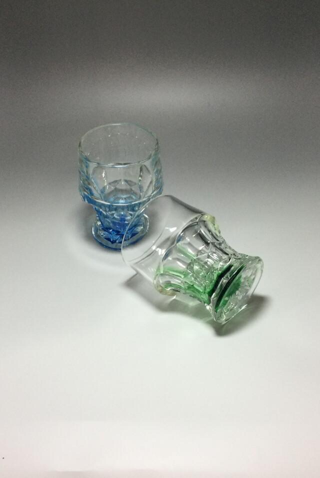 青と緑のカットグラス二個組