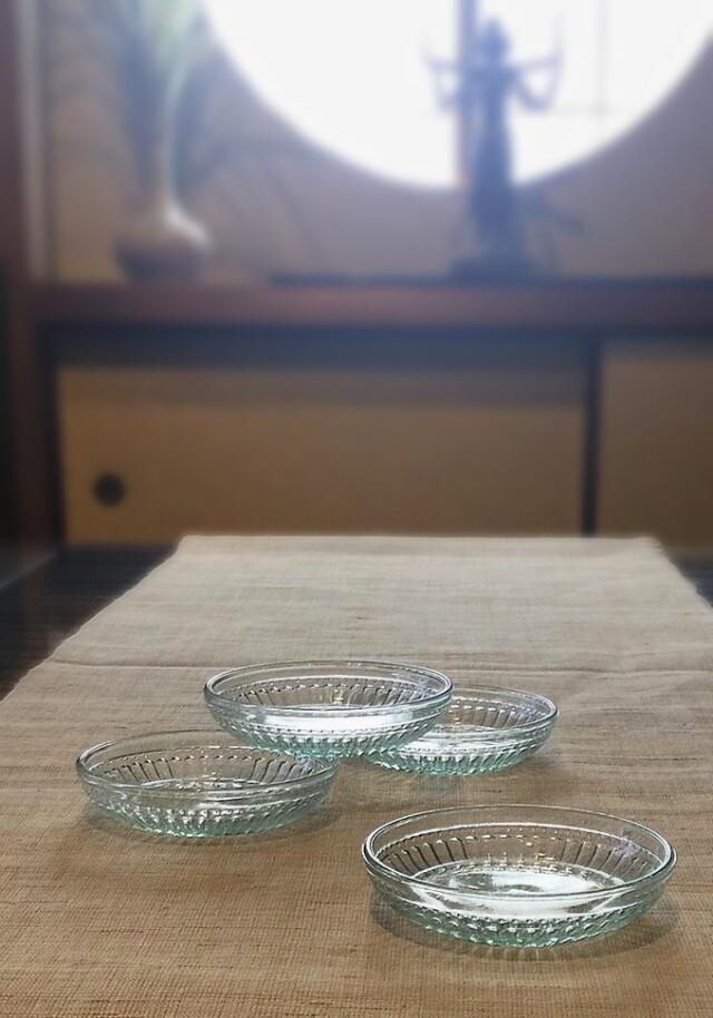淡いグリーンのプレスガラス皿4枚セット
