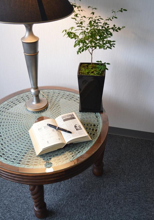 ラタン編みラウンドサロンテーブル(ガラス付き)