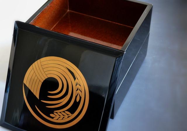 漆重 中梨地 稲の丸紋付