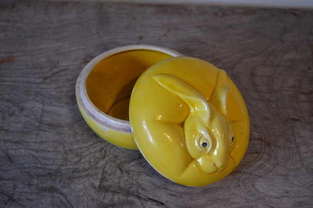 ウサギの蓋付ポット