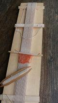 天の川工房オリジナル板織りキット(手織り中)