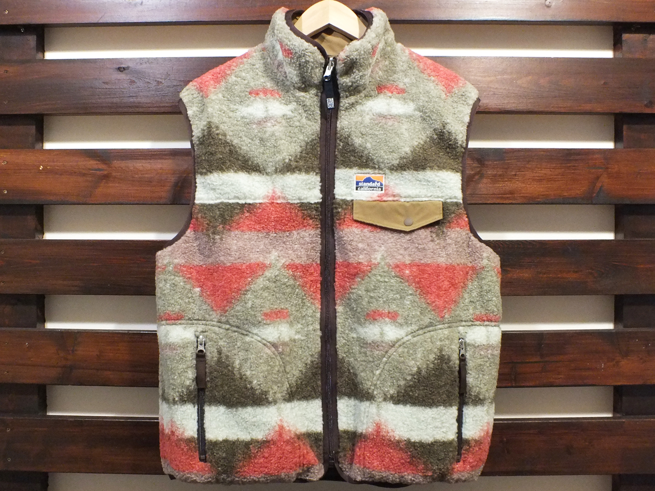 【送料無料】STANDARD CALIFORNIA FLEESTRETCH REVERSIBLE VEST BEIGE/BROWN