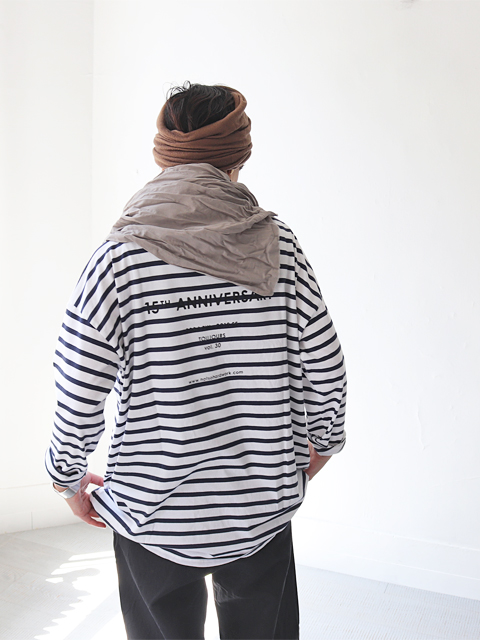 TOUJOURS (トゥジュー) 15th Anniv. Back Print Boat Neck Shirt - FINE COTTON BORDER JERSEY - EM30XC16