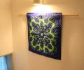 大人気の色合いの60センチ角ハワイアンキルトタペストリー モンステラウィズボーダー ダークブルー&ライトグリーン (HW60 19)
