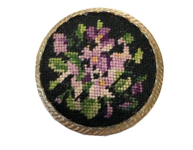 ヴィンテージ オーストリア プチポワン すみれ刺繍のブローチ