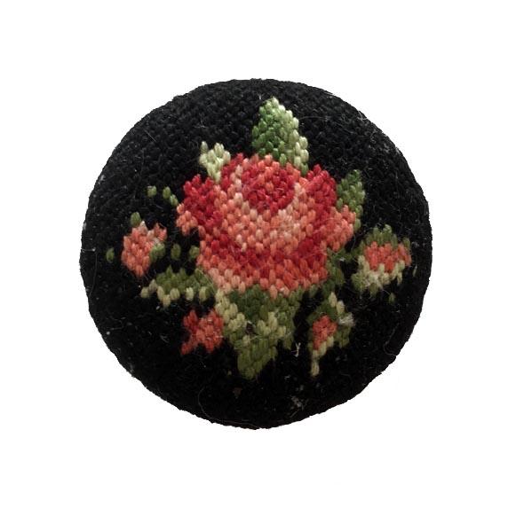 新品 オーストリア プチポワン バラ刺繍のブローチ