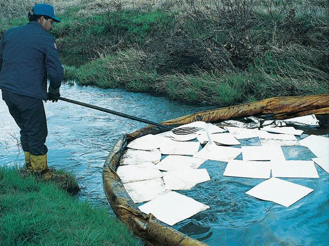 河川に流出したオイルや薬品の除去に使用