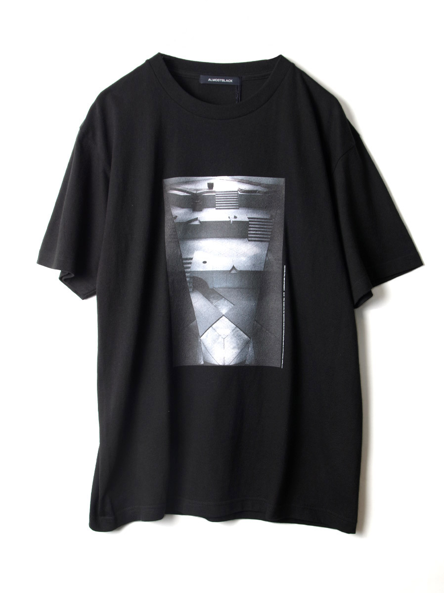 "【20SS】 ALMOSTBLACK (オールモストブラック) ""LIMITED PRINT TEE"" <Tシャツ> - BLACK"