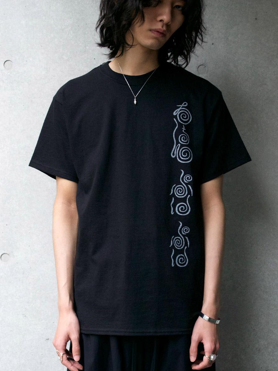 """【SALE】 Sasquatchfabrix. (サスクワァッチファブリックス) """"""""MAYOKE"""" PRINT TEE"""" <Tシャツ カットソー> - BLACK"""