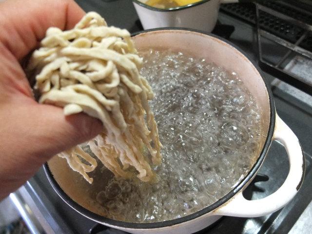 麺をゆでます。