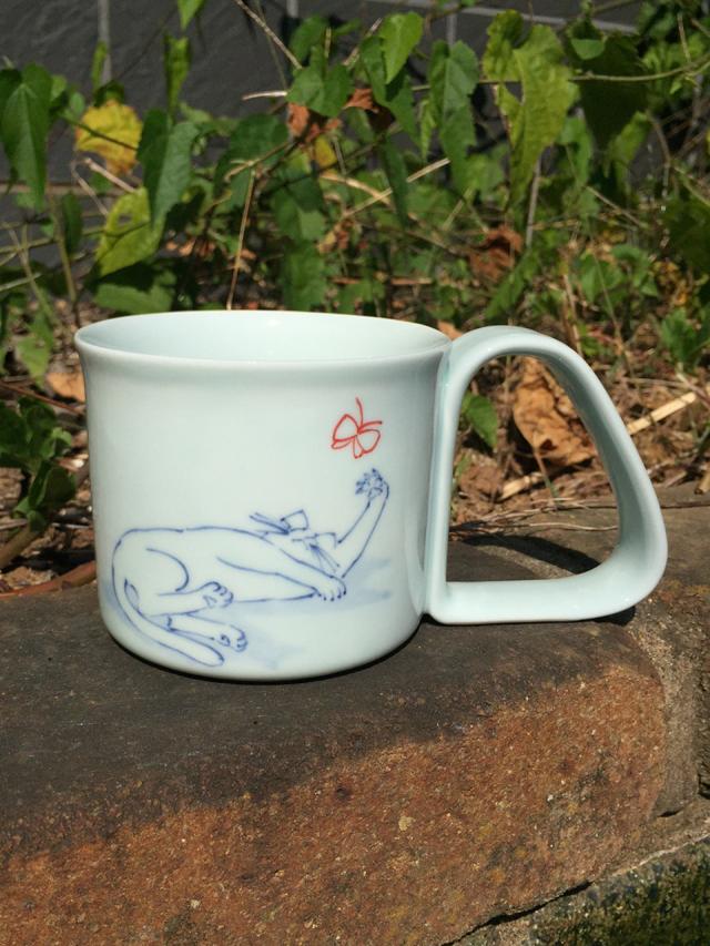 蝶とたわむれすくい易いマグカップ しん窯 青花