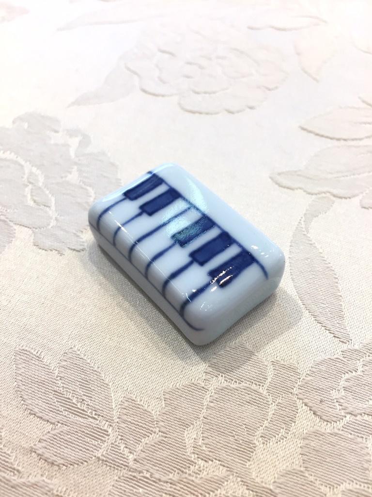 ハーモニー ピアノ箸置  しん窯 青花