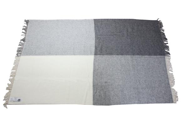可愛いおしゃれな毛布のシルケボーウールブランケット北欧テイストチェック柄の商品広げイメージ