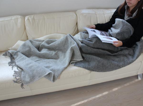 可愛いおしゃれな毛布のシルケボーウールブランケット北欧テイストチェック柄のモデルくつろぎシーン