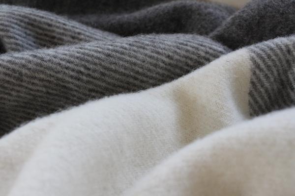 可愛いおしゃれな毛布のシルケボーウールブランケット北欧テイストチェック柄の生地アップイメージ