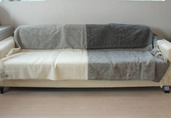 可愛いおしゃれな毛布のシルケボーウールブランケット北欧テイストチェック柄のソファーでの広げたイメージシーン