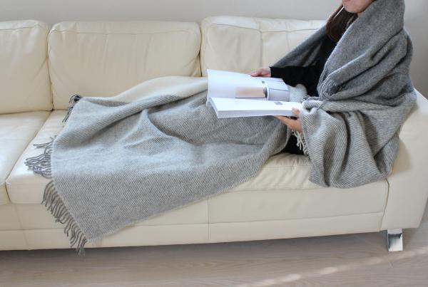 可愛いおしゃれな毛布のシルケボーウールブランケット北欧テイストチェック柄のモデル横向きソファーシーン