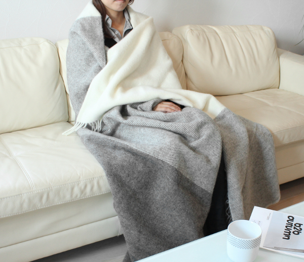 可愛いおしゃれな毛布のシルケボーウールブランケット北欧テイストチェック柄のモデルソファーシーンイメージ