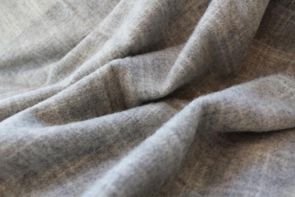 可愛いおしゃれな毛布のシルケボーウールブランケット北欧テイストのひざ掛けチェック柄生地アップ