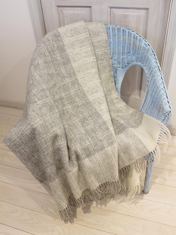 可愛いおしゃれな毛布のシルケボーウールブランケット北欧テイストのひざ掛けチェック柄椅子の上のシーン