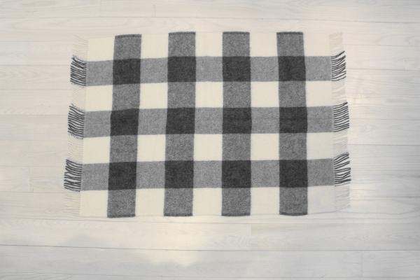 可愛いおしゃれな毛布のシルケボーウールブランケット北欧テイストのひざ掛けブロックチェック広げのシーン
