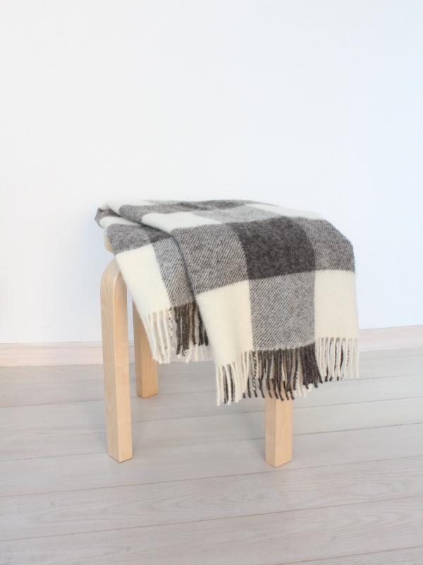 可愛いおしゃれな毛布のシルケボーウールブランケット北欧テイストのひざ掛け椅子の上でのシーン