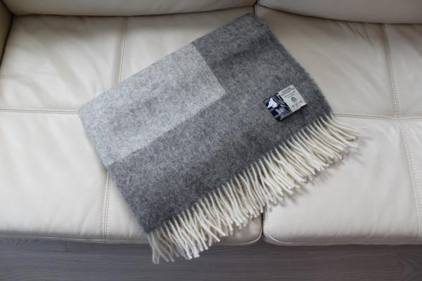 可愛いおしゃれな毛布のシルケボーウールブランケット北欧テイストのひざ掛けソファーの上でのシーン