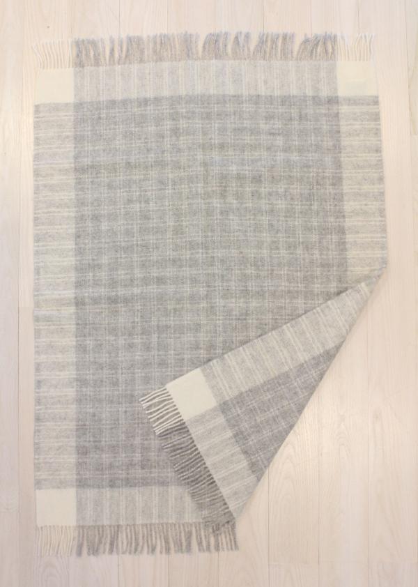 可愛いおしゃれな毛布のシルケボーウールブランケット北欧テイストの商品広げたシーン