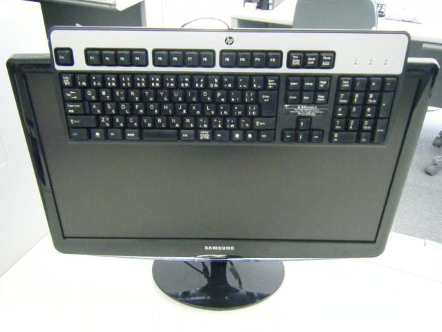 使用していない時のキーボードはモニターの上へ!デスクのスペースを広げて、作業効率アップ!【つくえりあ】