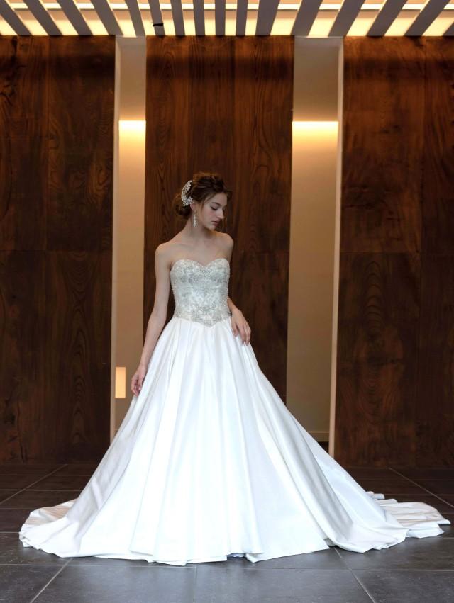 ウェディングドレス サテン Aライン ビーディング 刺繍 ロングトレーン