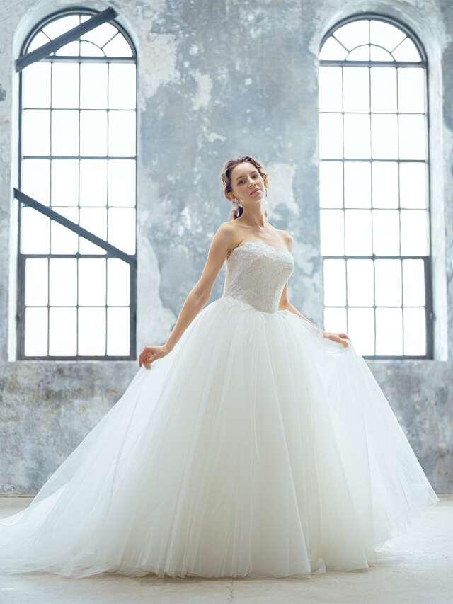 ビジューレースが美しい洗練感のあるチュールウェディングドレス