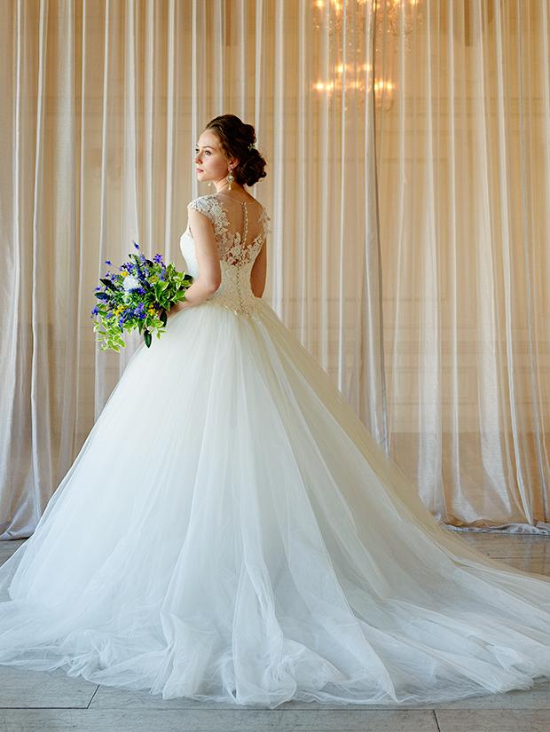 ウェディングドレスを着てブーケを持った花嫁