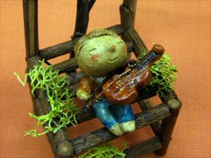 てるぼの屋 「いす-バイオリン弾き-」
