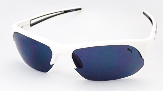 【PUMA】 プーマ PU15182 フレームカラー:ホワイト レンズカラー:ダークグレー 両テンプルのサイドラインが印象的なスポーツグラス