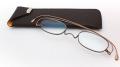 【これは便利!】厚さわずか2mm!折り畳んで持ち運びに便利!本に挟める超薄型老眼鏡!その名も「栞〜しおり〜」本革ケース付き