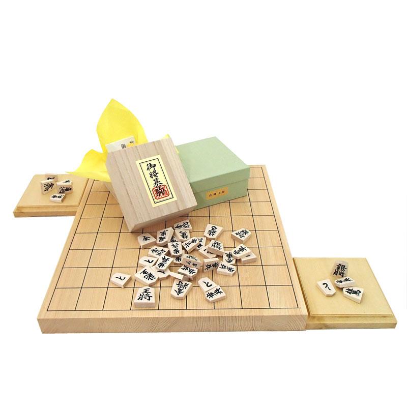 木製将棋セット 芳香と明るい色目の桧(ヒノキ)1寸卓上接合将棋盤と山形天童の白椿上彫将棋駒に駒台付き