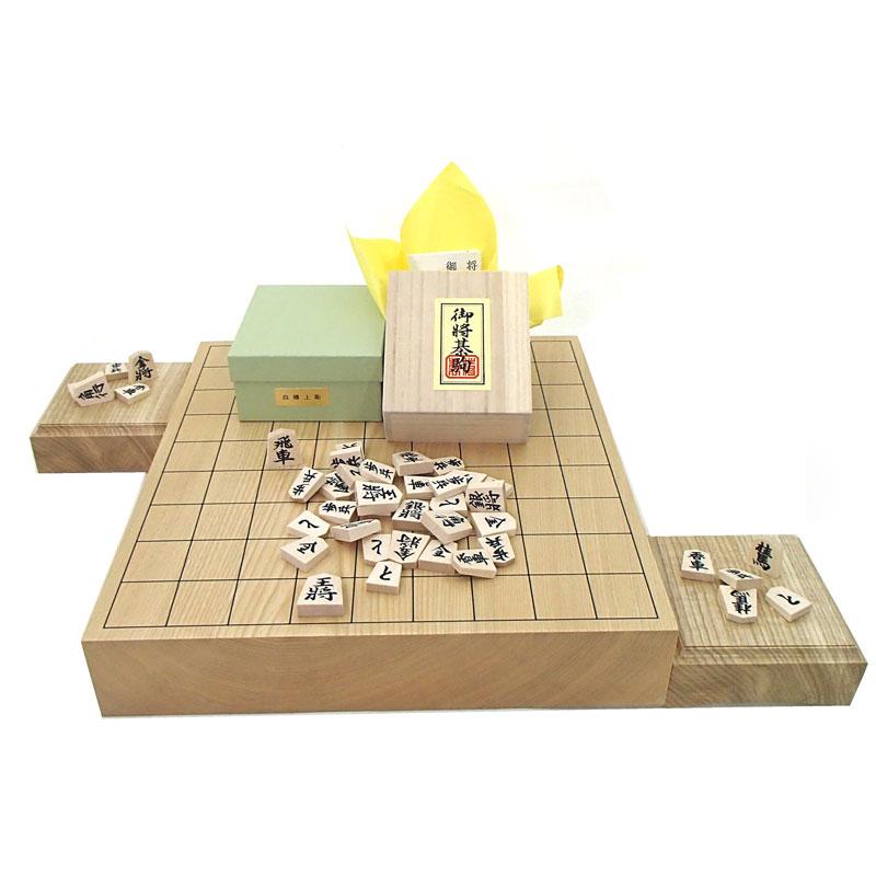 木製将棋セット 北海道産の栓(せん)2寸卓上一枚板将棋盤竹と木製白椿上彫将棋駒に駒台付き