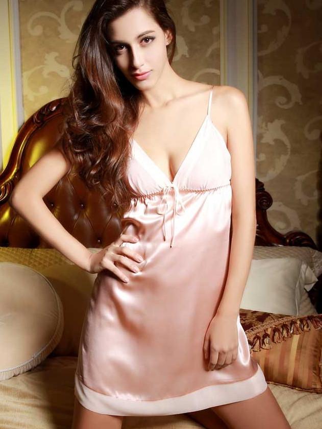 ピンク色のシルク スリップ ナイトウェア