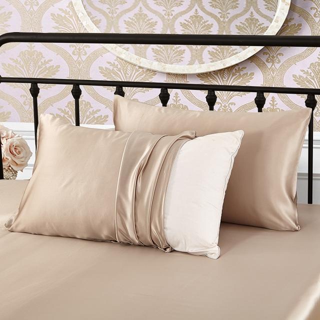 ベージュ色の枕カバー