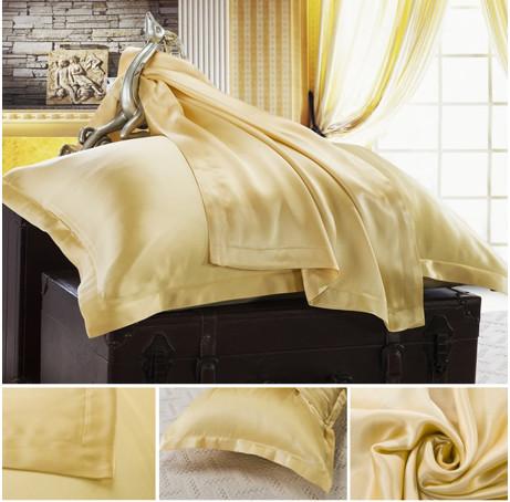 ゴールドのシルク枕カバー