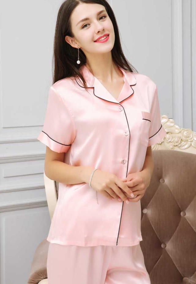 ピンク色のシルク半袖パジャマ