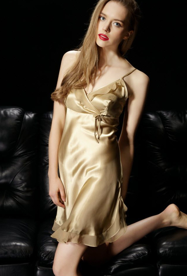 ゴールド 金色のシルクスリップ ランジェリー