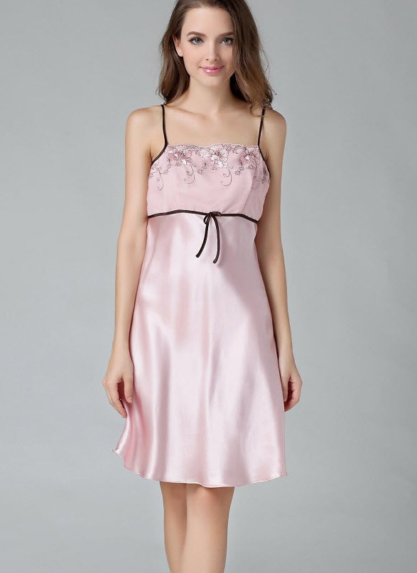 ピンク色のランジェリーシルク スリップ