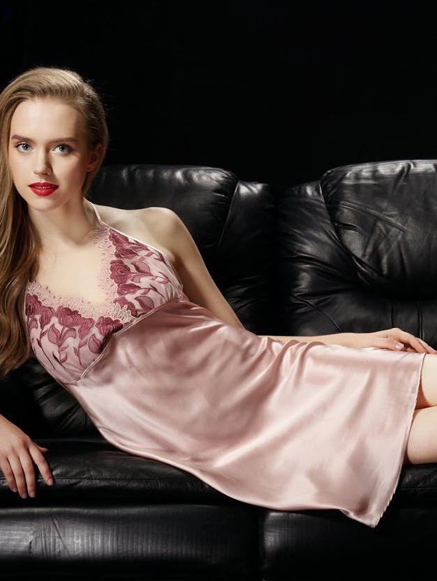 ピンク色のシルクスリップ ランジェリー
