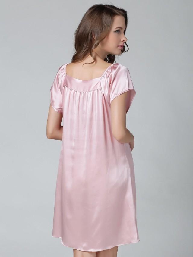 ピンク色のシルクナイトウェア